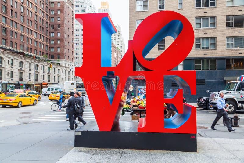 Kocha rzeźbę od Robert Indiana w środku miasta Manhattan, Miasto Nowy Jork zdjęcie royalty free