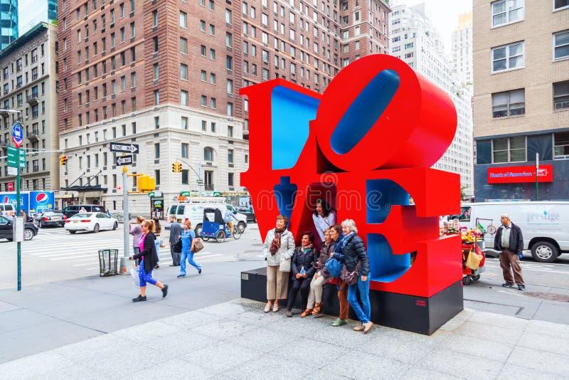 Kocha rzeźbę od Robert Indiana w środku miasta Manhattan, Miasto Nowy Jork zdjęcia stock