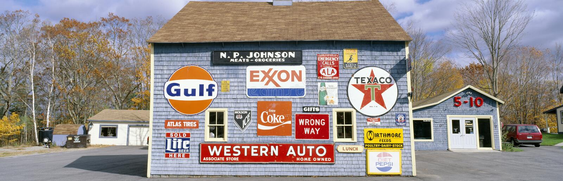 Kocha stajnię z drogowymi znakami, Orland, Maine obraz royalty free