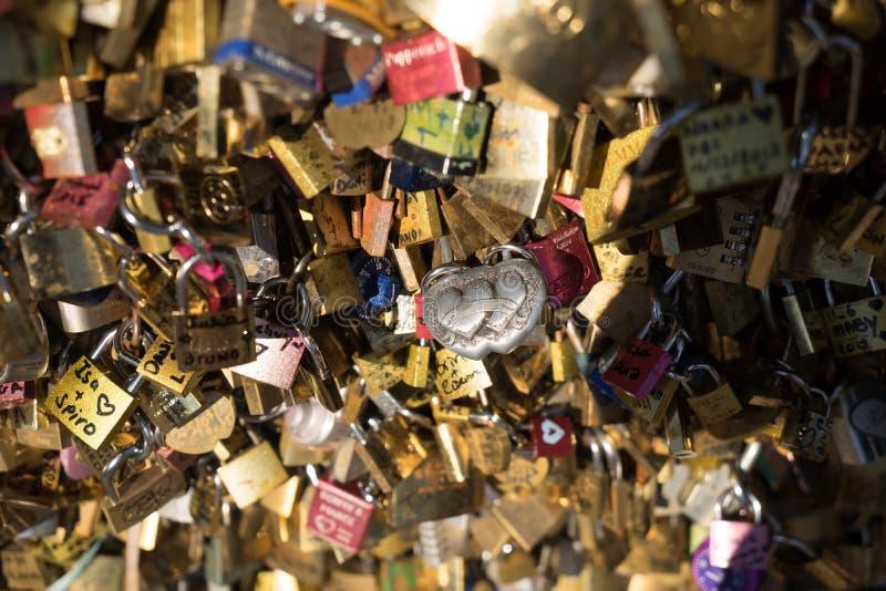 Kocha szafki na moscie przy Paryskim FranceComposite świeży czosnek zdjęcie stock