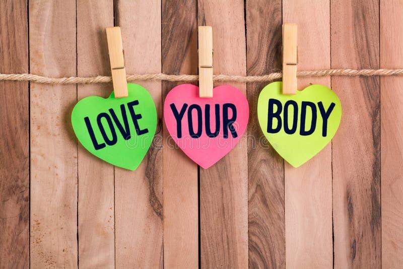 Kocha twój ciało serce kształtującą notatkę zdjęcie stock
