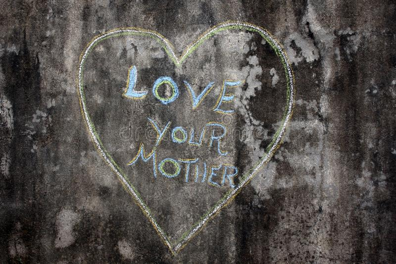 Kocha twój matki pisać inside sercu zdjęcie royalty free