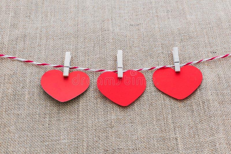 Kocha walentynek serc naturalnego sznur i biel klamerek wieszać zdjęcie stock