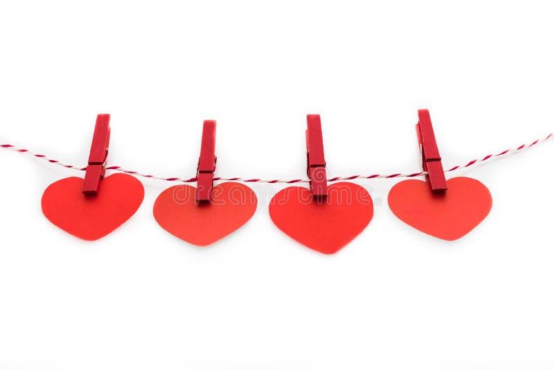 Kocha walentynek serc naturalnego sznur i czerwieni klamerek wieszać obrazy stock