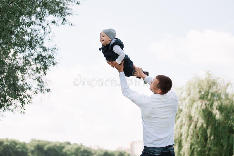 Kochający ojciec bawić się z jego synem w wiosna parku zdjęcie royalty free