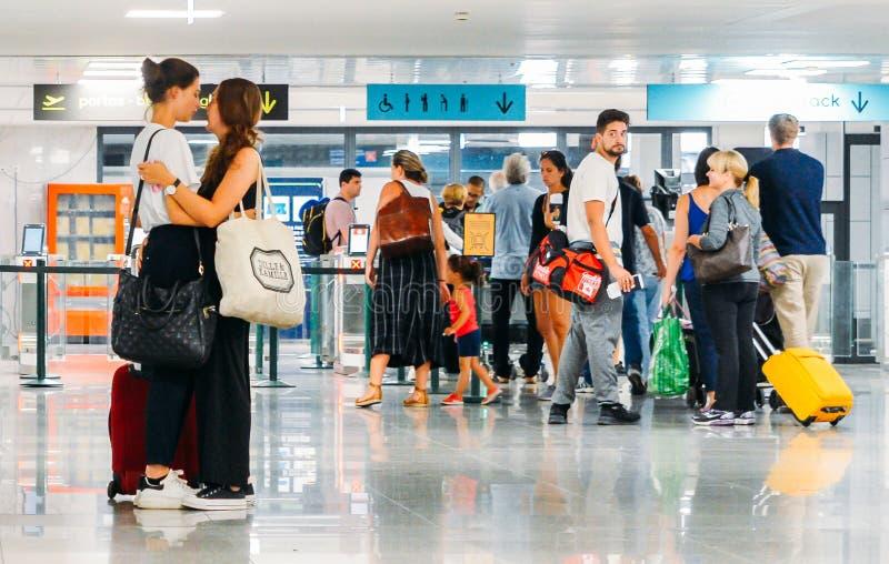 Kochająca homoseksualna kobiety para mówi przy Lisbon lotniskiem międzynarodowym przed ochroną do widzenia fotografia stock