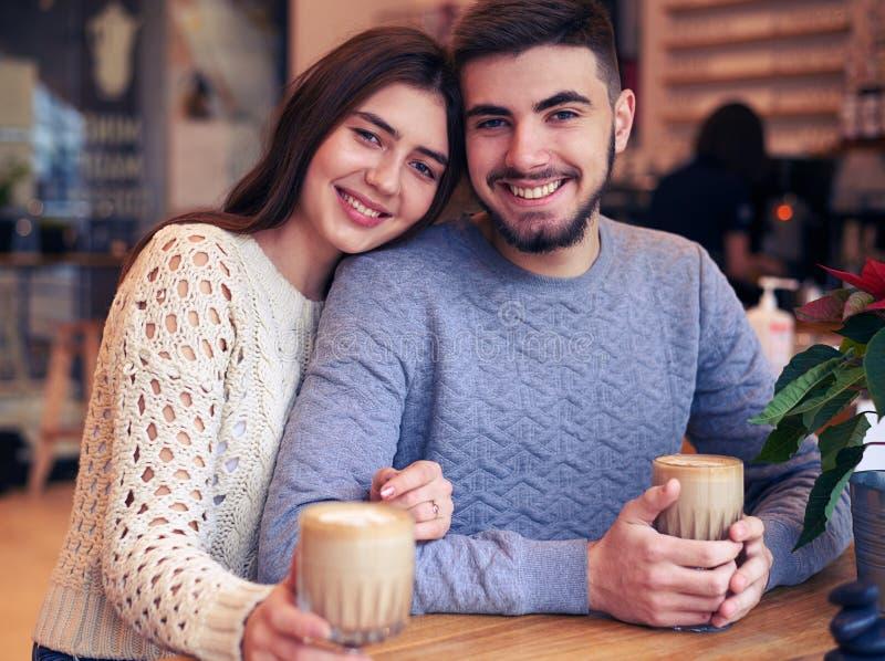 Kochająca Kaukaska para pije kawę przy kawiarnią zdjęcie stock