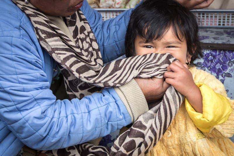 Kochająca matka i dziecko od wiejskiej części Bali, Indonezja obraz royalty free