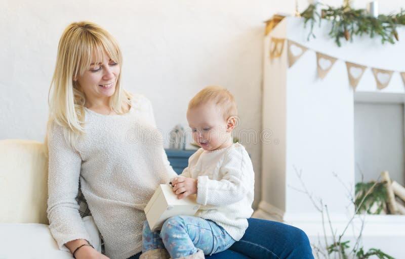 Kochająca matka i jej mała córka siedzimy w domu na kanapie szczęśliwi razem obraz royalty free