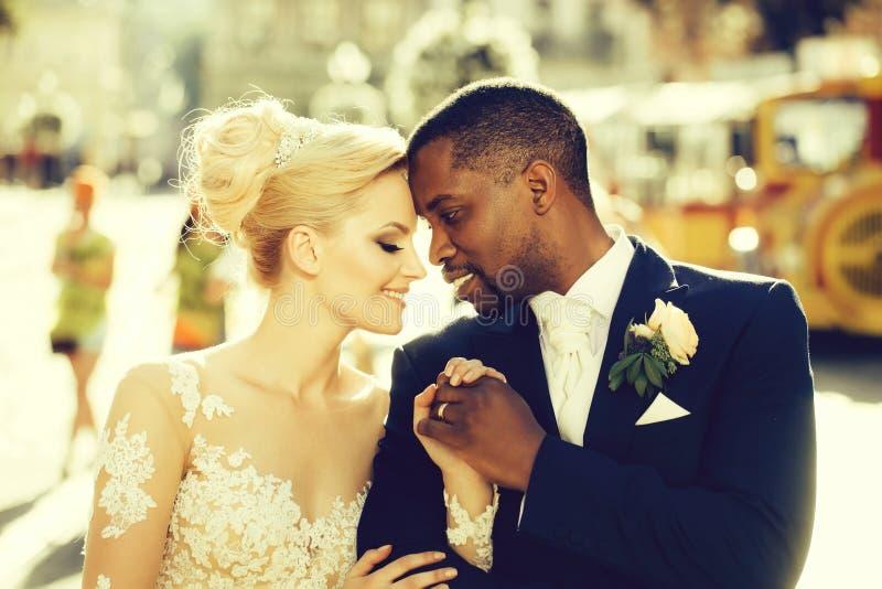 Kochająca para śliczny panny młodej i amerykanina afrykańskiego pochodzenia fornal zdjęcia royalty free