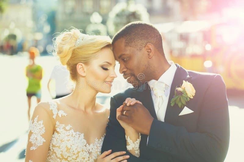 Kochająca para śliczny panny młodej i amerykanina afrykańskiego pochodzenia fornal zdjęcia stock