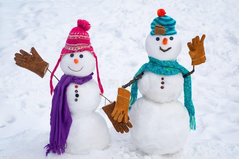 Kochająca para bałwany Bożenarodzeniowy tło z parą bałwan Ba?wan para plenerowa Śliczny śnieżny mężczyzna w kapeluszu obraz stock