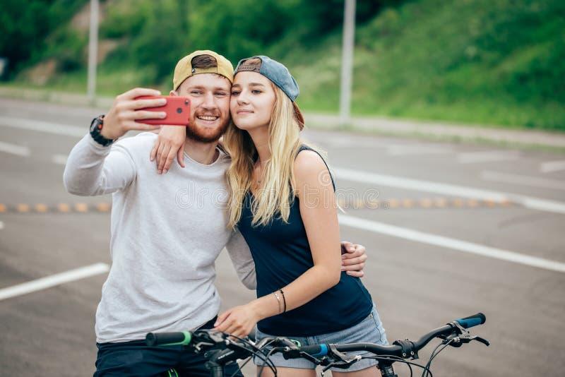 Kochająca para bierze selfie na ich smartphone w centrum miasta obraz royalty free