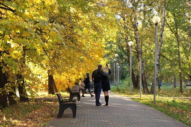 Kochająca para bierze selfie na telefonie, chodzi w jesieni obrazy royalty free