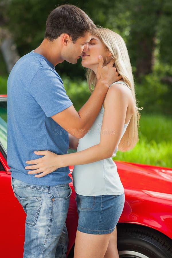 Kochająca para całuje żarliwie zdjęcie royalty free