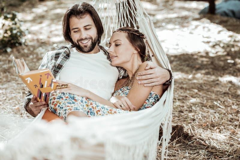 Kochająca para cieszy się ich weekend w parku zdjęcia royalty free