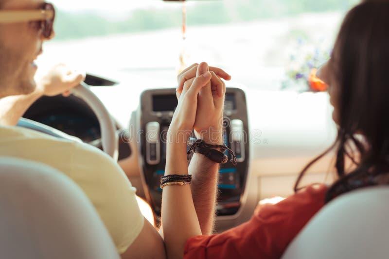 Kochająca para jest ubranym dziedzic tradycyjne bransoletki podczas gdy podróżujący obrazy royalty free