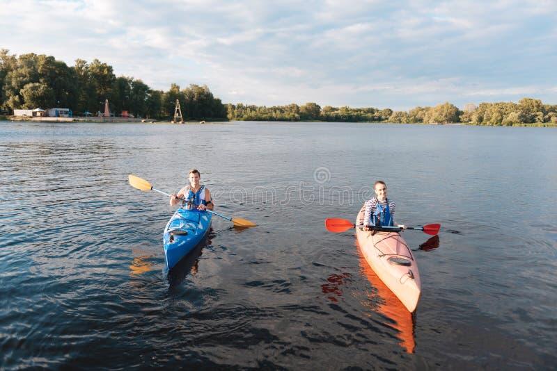 Kochająca para kayaking na ładnym ciepłym letnim dniu fotografia stock