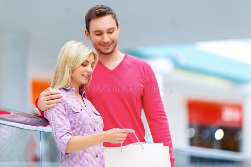 Kochająca para ma zakupy obraz stock