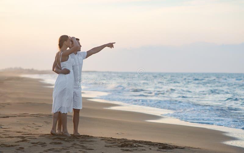 Kochająca para na wybrzeżu zdjęcie royalty free