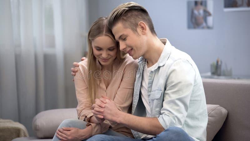 Kochająca para nastolatkowie ściska i delikatnie dotyka each inne ręki na dacie zdjęcia royalty free