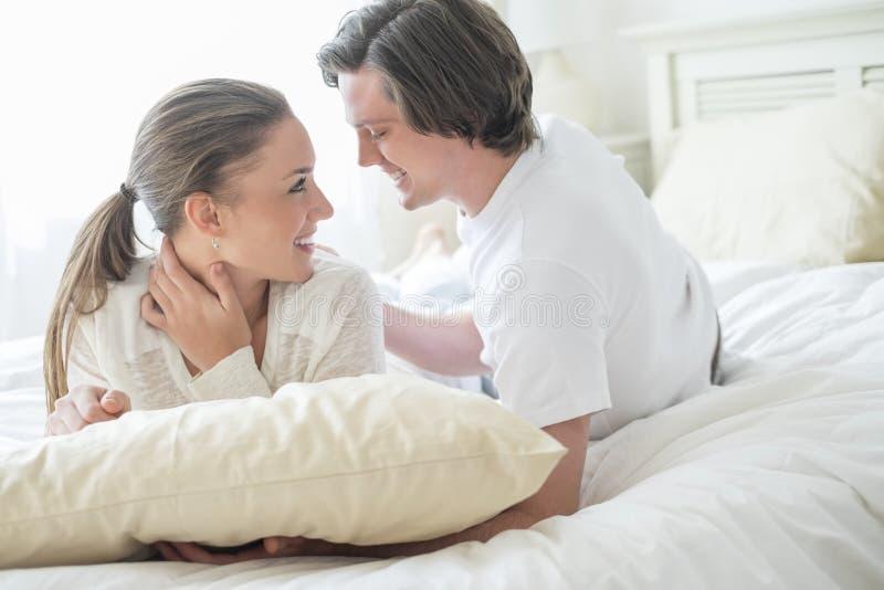 Kochająca para Patrzeje Each Inny W łóżku obrazy royalty free