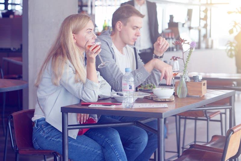 Kochająca para pije wino w barze Smutna para po argu obraz royalty free