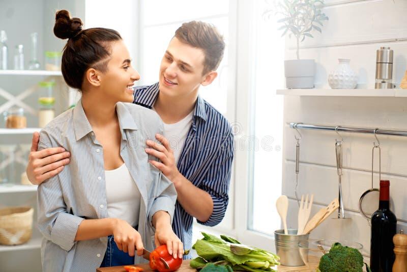 Kochająca para przygotowywa właściwego posiłek obraz royalty free