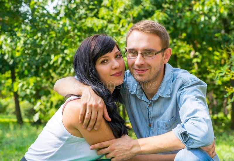 Kochająca para przytulenie w parku na sunn - mąż i żona - obrazy stock