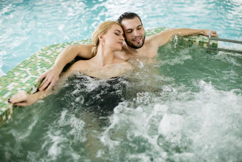 Kochająca para relaksuje w gorącej balii zdjęcia stock