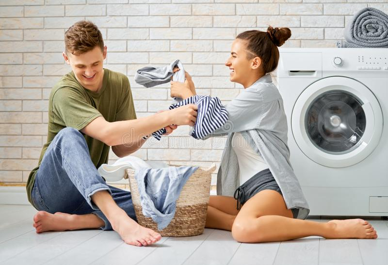 Kochająca para robi pralni zdjęcie stock