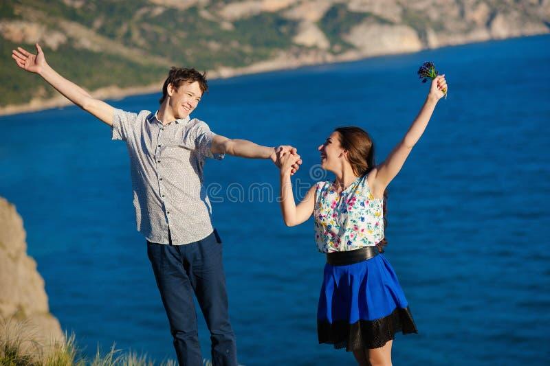 Kochająca para ucznie uśmiecha się ręki i trzyma, patrzeje each inny zdjęcia royalty free
