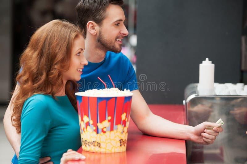 Kochająca para w barze. zdjęcie stock
