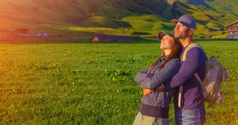 Kochająca para w górach obrazy stock