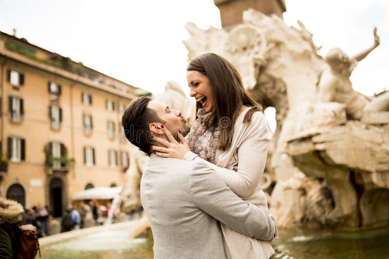 Kochająca para w Rzym, Włochy zdjęcia stock