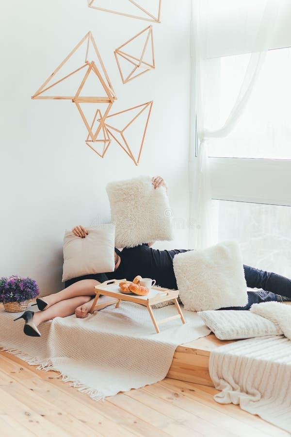 Kochająca para wydaje czas w nowożytnym modnym apartm wpólnie zdjęcie royalty free