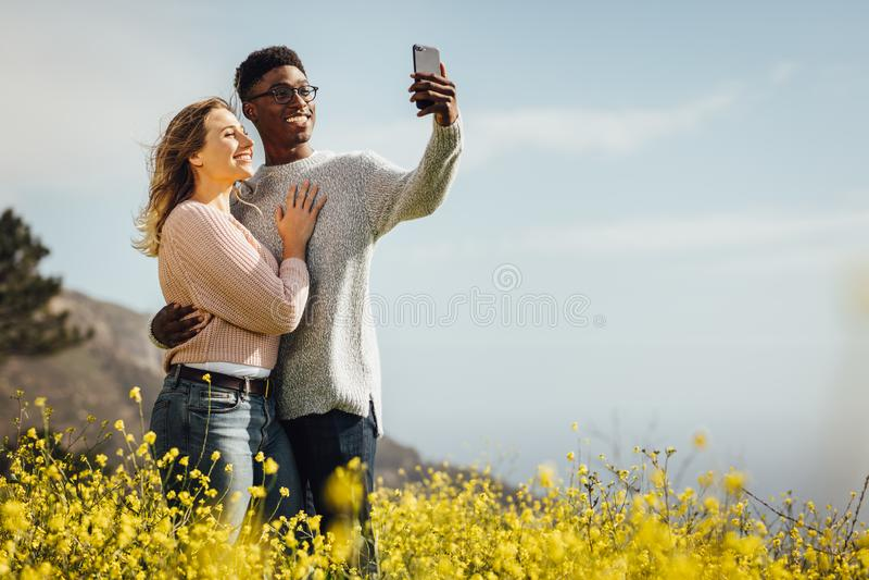 Kochająca potomstwo para opowiada selfie obrazy stock