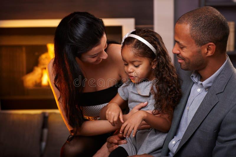 Kochająca rodzina w domu zdjęcia stock