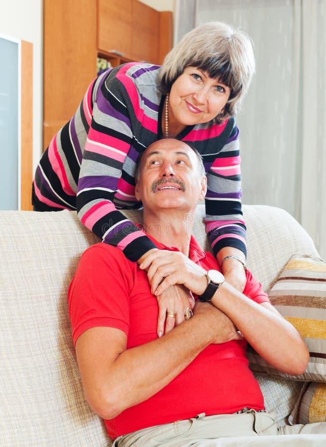 Kochająca rozochocona starsza para wpólnie obraz stock