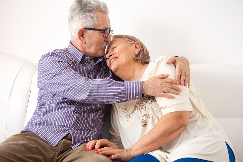 Kochająca starsza para cieszy się uścisk obraz royalty free