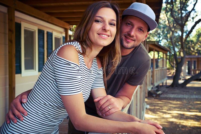 Kochające potomstwo pary mienia ręki i pozować przy tarasem fotografia royalty free