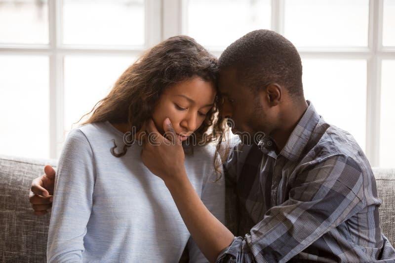 Kochającego amerykanin afrykańskiego pochodzenia męża żony wzruszająca twarz fotografia royalty free