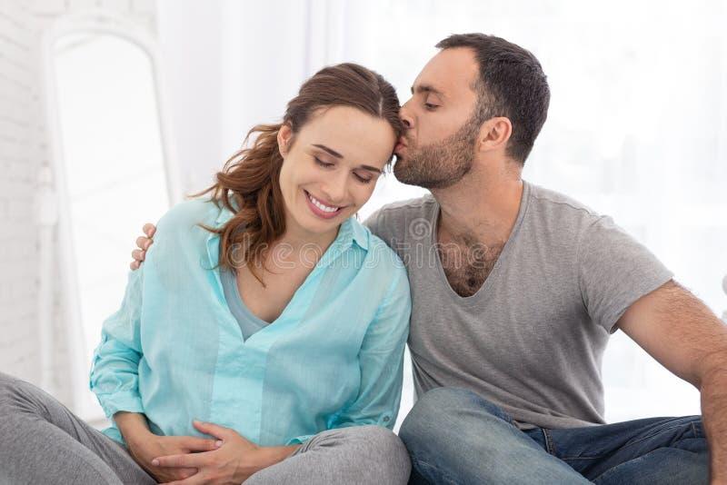 Kochającego mężczyzna pieszczotliwy kobieta w ciąży zdjęcia stock