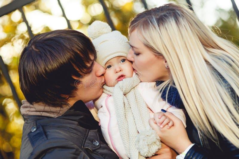 Kochającego ojciec i matka buziaka mała córka na naturze zdjęcia stock