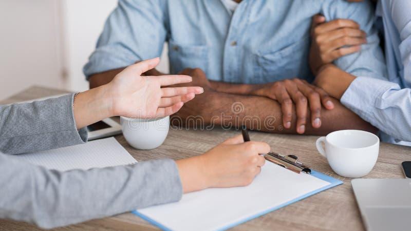 Kochający czarni współmałżonkowie trzyma ręki w rodzinnym doradcy biurze, cropped zdjęcie stock
