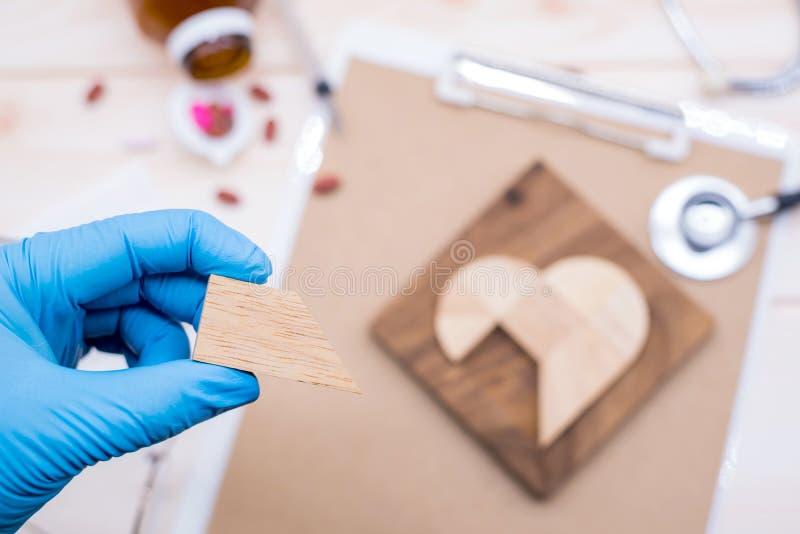 Kochający i bierze opiekę ty wtedy sprawdza twój kierowego warunek i ciało zdjęcie stock