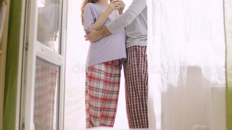 Kochający mąż delikatnie ściska jego ciężarnej żony Szczęśliwa rodzina w oczekiwaniu na narodziny dziecko obraz royalty free