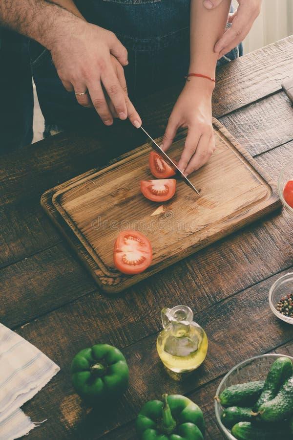 Kochający mąż i żona jesteśmy kulinarnym gościem restauracji fotografia stock