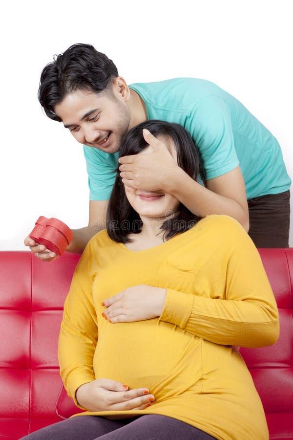 Kochający mąż zaskakuje ciężarnej żony z teraźniejszością obrazy royalty free