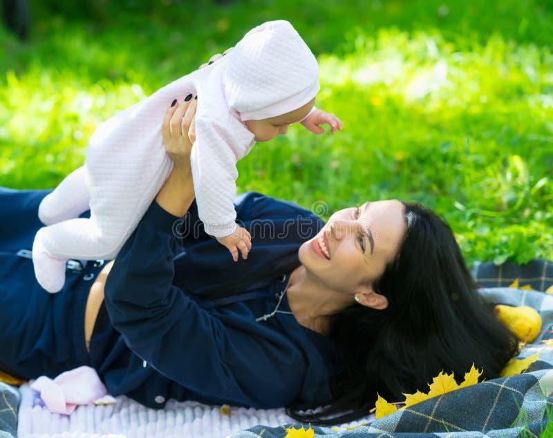 Kochający macierzysty śmiać się jako bawić się z jej dzieckiem fotografia stock
